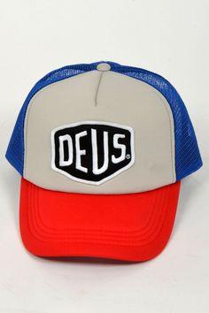 Ontvang een gratis DEUS Kingsday-cap bij een aankoop van Deus kleding/caps van €50,- of meer. DEUS BAYLANDS TRUCKER BLUE RED 07 | Kelly Fashion Webstore