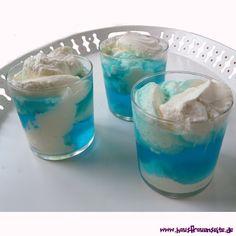 Götterspeise blau - Wolkenpudding ... http://www.hausfrauenseite.de/rezepte/dessert/pudding/goetterspeise_blau-wolkenpudding.html