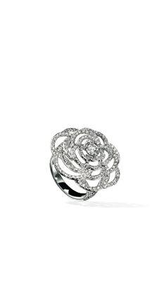 Bague Camélia en or blanc 18 carats et diamants. #Chanel #EngagementRing #REF:J3896