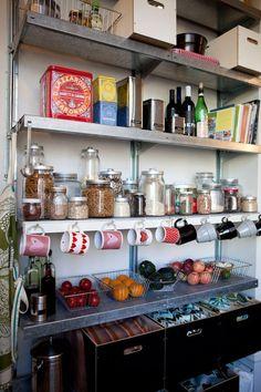 Hệ thống tủ lưu trữ thực phẩm nhiều ngăn và thông minh giúp gia chủ lưu trữ tối đa diện tích.