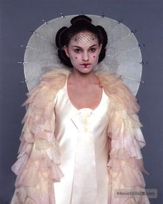A gallery of Star Wars: Episode I - The Phantom Menace publicity stills and other photos. Featuring Ray Park, Natalie Portman, Liam Neeson, Ewan McGregor and others. Amidala Star Wars, Star Wars Padme, Queen Amidala, Rainha Amidala, Natalie Portman Star Wars, Padme Costume, Nathalie Portman, Star Wars Personajes, Star Wars Costumes