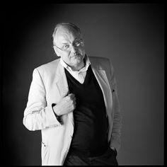 Hans Hollein, es un arquitecto y diseñador austríaco. Hans Hollein fue alumno de Clemens Holzmeister en la Academia de Bellas Artes deViena. Posteriormente amplió sus estudios en el IIT de Chicago y en la Universidad de Berkeley. Premio Pritzker 1985.