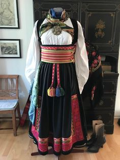 Folk Costume, Costumes, Cookbook Ideas, Vikings, Apron, Fashion, Pinafore Dress, Moda, Dress Up Clothes
