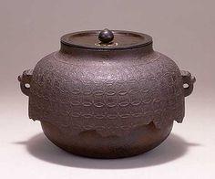 "SUNTORY MUSEUM OF ART ""Tea kettle with linked circles design, Shinnari type, Ashiya ironware"""