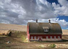 Classic barn, very pretty.