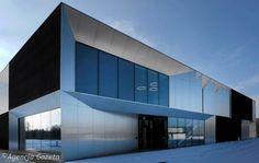 Biurowiec ma jedno pi& i 650 metr& powierzchni kwadratowej powierzchni Factory Architecture, Office Building Architecture, Building Facade, Facade Architecture, Building Design, Design Exterior, Facade Design, Warehouse Design, Small Buildings