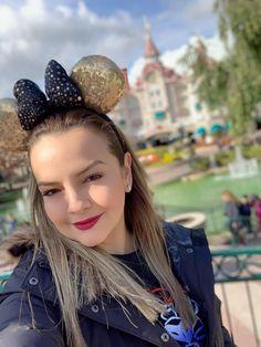 Les dejo curiosidades de Disneyland París que a lo mejor no sabían 1. Es el primer destino turístico europeo Ha recibido más de 320 millones de visitas desde su apertura en 1992 2. Personas de 100 nacionalidades distintas trabajan en 500 profesiones dentro de Disneyland París. En total se hablan más de 20 idiomas 3. Los dos parques del complejo (Disneyland París y Walt Disney Studios) cuentan con 59 atracciones y 63 tiendas. Walt Disney, Crown, Studio, Disneyland Paris, Aperture, Languages, Tents, Parks, People