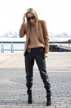 The Perfect Combination For Your Leather Garments (Cut & Paste) - The Perfect Match for Your Leather Garments You are in the right place about outfits with leggings - Legging Outfits, Jogger Pants Outfit Dressy, Leather Jogger Pants, Leather Pants Outfit, Winter Chic, Look Fashion, Winter Fashion, Fashion Outfits, Sporty Fashion