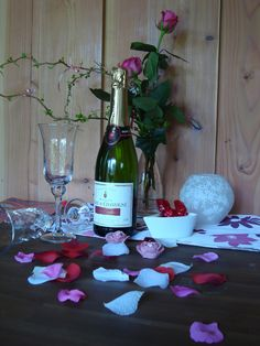 Champagne Bed And Breakfast, Champagne, Table Decorations, Furniture, Home Decor, Breakfast In Bed, Room Decor, Home Interior Design, Home Decoration