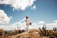 o pós casamento o local escolhido foi a serra do cipo, com um lindo céu azul a linda noiva luana com seu enorme  véu