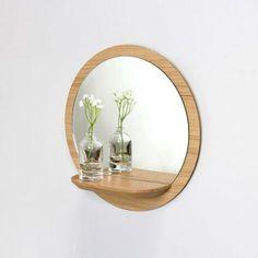 Miroir étagère bois @reinemeredesign - Un miroir astucieux grâce à sa tablette en bois intégrée.  Esthétique et fonctionnel, le miroir Sunrise s'intègre facilement à tous les espaces, du salon à l'entrée en passant par la chambre à coucher à la salle de bain.
