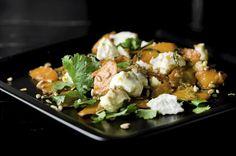 (2–4 annosta) 6 keskikokoista porkkanaa 3 rkl öljyä 1/2 chiliä 1 1/2 rkl tuoretta raastettua inkivääriä 1 rkl hunajaa 1 tl juustokuminaa 1/2 tl merisuolaa 100 g vuohenjuustoa 1/2–1 ruukkua korianteria 2 rkl paahdettuja auringonkukansiemeniä  Kuori ja viipaloi porkkanat.
