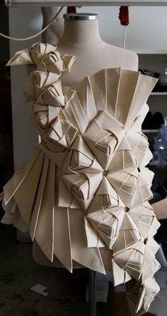 16 Ideas origami pattern fashion fabric manipulation 16 Ideen Origami Muster Modestoff Manipulation # Mode # Origami The post 16 Ideen Origami Muster Paper Fashion, Origami Fashion, Fashion Fabric, Dress Fashion, Fashion Art, Moda Origami, Fabric Origami, Origami Dress, Origami Paper