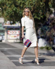 De look clássico hoje! Saia e camiseta de couro branco {AMO!} @criscapoani e sandálias @lojapaulatorres  #criscapoaniverao17 #fhitsmilão @fhits