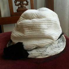 Ecco qui la versione in bianco del cappello azzurro! Cappello vintage in  velluto bianco con 00f18c90a775