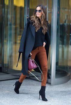 Sempre comento dela, pois adoro os looks, o cabelão, etc. E hoje é dia de focar mais no estilo da Izabel Goulart. Ela é fã do combo calça skinny e camisa.