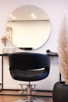 Pyöreä Halo-peili Kauneusstudio For You:n tilassa. Tarvittaessa lisävalaistusta tilaan saa napsauttamalla Halo-peilin päälle. #halo #peili #valopeili #liiketila #studio #moderni #helatukku