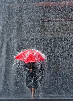 AliX&AleX pataugent sous la pluie. #parapluie #femme #rouge #averse #Doussier