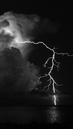 Clouds Spectacular lightning storm at Lewis Smith Lake near Jasper . Lightning Sky, Lightning Images, Lightning Strikes, Iphone 5 Wallpaper, Wallpaper Backgrounds, Weather Wallpaper, Lighting Storm, Lightning Photography, All Nature