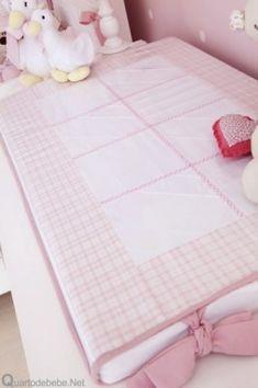 trocador de bebê rosa e branco
