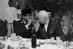 Nikita Sergeyevich Khrushchev allows to light to the president of Indonesia Sukarno. Rare Images, Rare Photos, Old Photos, Vintage Photos, Vintage Photographs, Rare Historical Photos, Thing 1, Asian History, Antara