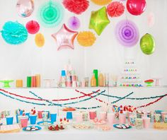 Perfect balloons and paper decor in candy colors