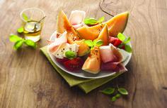 Salade de melon tomate mozzarella jambon basilic
