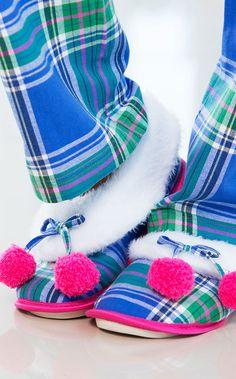 LEONORA. BLUE MOOD! Bota de flanela com interior de pelúcia e detalhe de laço pompões. Solado antideslizante e personalizado.