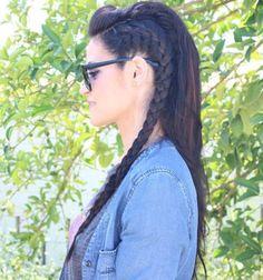 Peinado original con trenzas al lado y pelo suelto liso, estilo mohawk