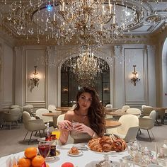 Negin mirsalehi at plaza athenee, paris negin mirsalehi yaşam tarzı и kıyaf Boujee Lifestyle, Luxury Lifestyle Fashion, Creative Fashion Photography, Fashion Photography Poses, Lifestyle Photography, Belle Epoque, Negin Mirsalehi, Blue And Green, Luxe Life