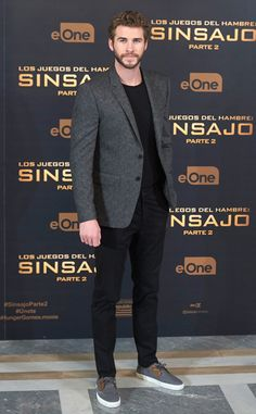 Liam Hemsworth from The Hunger Games Mockingjay Part 2 Premieres is part of Blazer outfits men - In a charcoal blazer Gray Blazer Men, Grey Blazer Outfit, Blazer Outfits Men, Mens Fashion Blazer, Stylish Mens Outfits, Business Casual Outfits, Suit Fashion, Casual Blazer, Khaki Pants