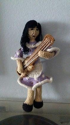 Violeta Parra amigurumi, técnica crochet/ganchillo #VioletaParra #amigurumi #crochet #tejido #ganchillo Top, Chrochet, Amigurumi, Baby Doll Clothes, Key Fobs, Spinning Top, Crop Shirt, Blouses