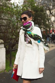Giovanna Battaglia knows: a great scarf and a great bag can make your outfit! Fashion Week Paris, Fashion Weeks, Milan Fashion, 1950s Fashion, Vintage Fashion, Ways To Wear A Scarf, How To Wear Scarves, Giovanna Battaglia, Leila Yavari