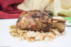 come cuocere lo stinco da maiale senza grassi e condimenti usando il forno legna e una pentola di coccio, una ricetta che rende la carne morbida, con una crosticina croccante, provare per credere!