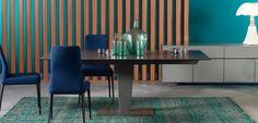 TABLE DE REPAS NEPHTIS - Roche Bobois <br>Table repas avec plateau composite : verre ép. 10 mm et céramique ép. 3 mm (4 coloris). Traverse en aluminium et pied central en métal laqués, ou pied en nickel satiné et base céramique. 2 allonges de 40cm intégrées. Autres dimensions disponibles.