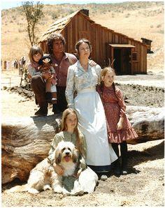 La famille Ingalls devant la petite maison dans la prairie