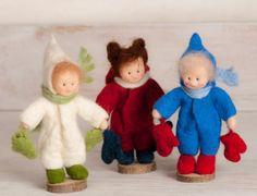 Diese kleine Filzfigur ist Ideal für den Jahreszeitentisch im Winter.  Die Figur wird für dich neu angefertigt! Du kannst die Haarfarbe wählen oder