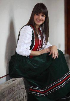 Magyar ( hungaryan )  lány , magyar viseletben