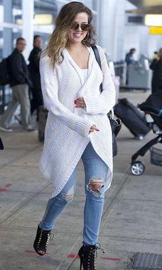 Look: Khloé Kardashian - Cardigan + Jeans