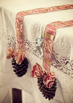 Presa por uma fita decorada, a pinha enfeita a mesa de Natal. Bem feito, o laço complementa o visual festivo (Decoração de Natal | Christmas decor)