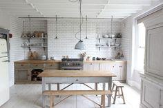 cuisine-grise-ambiance-maison-campagne-avec-carrelage-blanc-meuble-bois-et-parquet-peint-en-gris. Kitchen Interior, New Kitchen, Kitchen Dining, Kitchen Decor, Rustic Kitchen, Kitchen Ideas, Country Kitchen, Rustic Farmhouse, Kitchen White