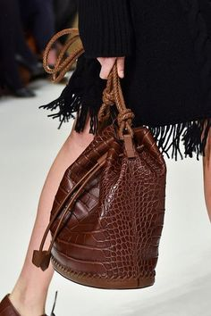 Sportmax at Milan Fashion Week Fall 2015 - Details Runway Photos Best Handbags, Fashion Handbags, Fashion Shoes, Nice Handbags, Fashion Moda, Womens Fashion, Unique Bags, Milan Fashion Weeks, Fashion Details