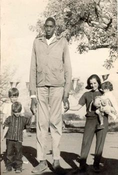 The giant Gabriel Monjane photographed near Lourenço Marques, Mozambique in Giant People, Tall People, Old Photos, Vintage Photos, Human Giant, Nephilim Giants, Giant Skeleton, Human Oddities, Black History Facts
