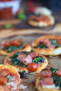 Spinat Pizza mit Käserand - Spinach Pizza with cheese crust #pizzafreitag #pizzafriday | Das Knusperstübchen