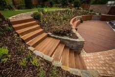 Záhon v svahu so schodiskom z podvalov Garden Bridge, Deck, Outdoor Structures, Outdoor Decor, Garden Ideas, House, Home, Front Porches, Landscaping Ideas