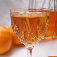Cómo hacer licor casero de mandarina Cocktail Drinks, Fun Drinks, Alcoholic Drinks, Wine Recipes, Mexican Food Recipes, Latin American Food, Mexican Drinks, Homemade Liquor, Wine And Liquor