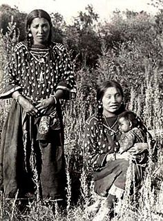 Crow women wearing elk-tooth dresses - Victoria Big Shoulder is holding the baby. Photographed in National Anthropological Archives, Smithsonian Institution. Native American Clothing, Native American Pictures, Native American Beauty, Native American Tribes, Native American History, American Indians, Aboriginal People, Pics Art, First Nations