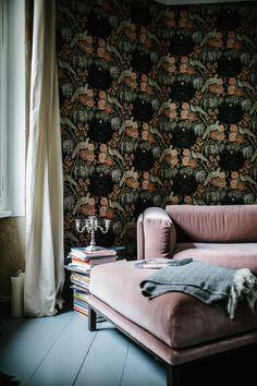 Pink sofa and bold wallpaper in an inspiring Berlin apartment full of contrast  - design - Silke Leinstasse photo - Jules Villebrandt.
