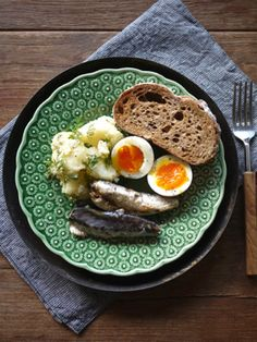 What I ate this morning: 2013/12/17 boiled egg, potato and dill salad, oil sardine, toast