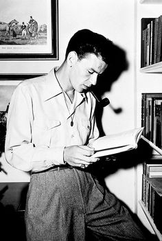 Frank Sinatra reads c. Hollywood Actor, Classic Hollywood, Old Hollywood, Young Frank Sinatra, Blue Cafe, Music Images, Dean Martin, Interesting Faces, Gene Kelly